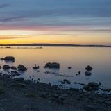Le coucher du soleil sur le lac du nord en été Photos stock