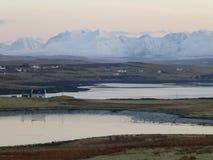 Le coucher du soleil a tiré des montagnes couvertes de neige de Cuillin, île de Skye, Ecosse Images libres de droits