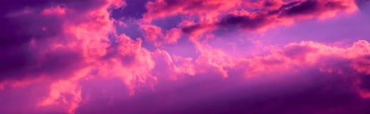 Le coucher du soleil vibrant opacifie la photo au crépuscule photo stock