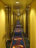 Le couloir de bateau menant aux salles recule dans la distance images stock