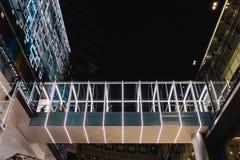 Le couloir moderne avec la lumière a décoré cela lié entre deux bâtiments photographie stock