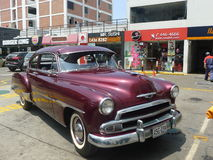 Le coupé 1951 de Chevrolet De Luxe s'est garé à Lima Photos stock