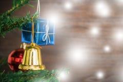 Le coup de cloche d'ornements de Noël sur l'arbre de Noël ont le fond en bois de l'espace Image stock