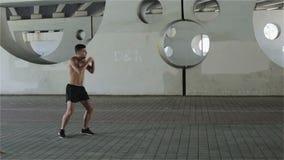 le Coup-de-pied-boxeur forme le poinçon clips vidéos