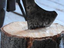 Le couperet en bois colle dans le chanvre en bois, le travail du bois, d?boisement par une hache pointue, hache pour couper fores photographie stock libre de droits