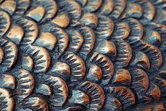 Le coupeur découpe les poissons du bois plan rapproché de découpage en bois Échelle de poissons illustration stock