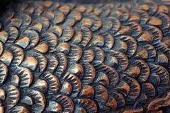 Le coupeur découpe les poissons du bois plan rapproché de découpage en bois Échelle de poissons illustration libre de droits