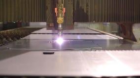 Le coupeur de plasma coupant un morceau de métal clips vidéos