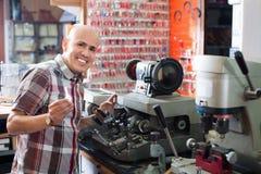 Le coupeur principal professionnel faisant la porte verrouille des copies Image libre de droits