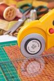 Le coupeur rotatoire coupe le tissu Photo stock