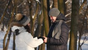 Le couple étreint pendant l'hiver dans la forêt banque de vidéos