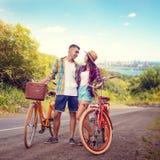 Le couple étreint sur la route, vélo de vintage, voyage romantique Photo stock