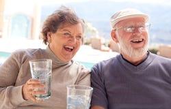 le couple adulte boit l'aîné heureux Photo libre de droits