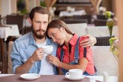 Le couple affectueux assez jeune se repose en café Images stock