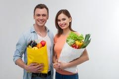 Le couple affectueux attrayant achète les produits naturels Photographie stock libre de droits