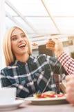 Le couple affectueux gai date dans le restaurant Image stock