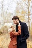 Le couple affectueux marchant en parc en automne étreint et des baisers Automne Photographie stock libre de droits