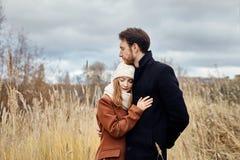 Le couple affectueux marchant en parc en automne étreint et des baisers Automne Photographie stock