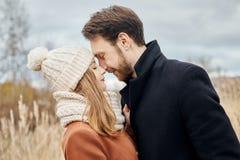 Le couple affectueux marchant en parc en automne étreint et des baisers Automne Image libre de droits