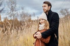 Le couple affectueux marchant en parc en automne étreint et des baisers Automne Images stock