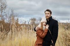 Le couple affectueux marche en parc, étreintes et baisers d'automne Femme i Images stock