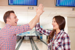 Le couple affectueux mignon est amusant avec joie Images libres de droits