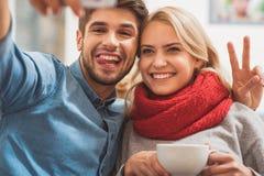 Le couple affectueux mignon a l'amusement à la maison Photographie stock libre de droits