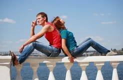 Le couple affectueux a un reste image stock