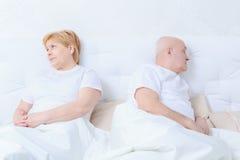 Le couple agit l'un sur l'autre dans le lit images libres de droits