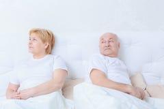 Le couple agit l'un sur l'autre dans le lit photographie stock