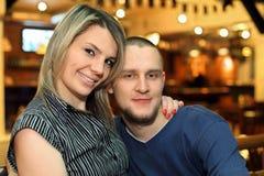 Le couple aimé se repose sur le banc Image stock