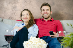Le couple apprécie le temps gratuit et la TV de observation Photographie stock libre de droits