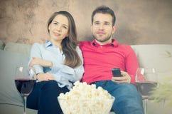 Le couple apprécie le temps gratuit regardant la TV Photo libre de droits