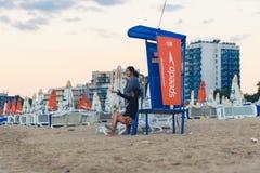 Le couple asiatique rencontre l'aube sur la plage de ville de désert Photos libres de droits