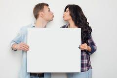 Le couple assez affectueux partage leurs actualités Images stock