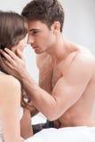Le couple assez affectueux passe le temps ensemble Photographie stock libre de droits