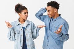 Le couple assez africain dans des chemises de denim se dispute entre elles-mêmes photographie stock libre de droits