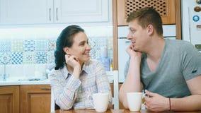 Le couple boit le caf?, parler et sourire banque de vidéos