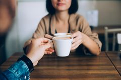 Le couple boit du café de matin en café Photographie stock