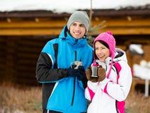 Le couple boit du thé dehors Images libres de droits