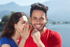 Le couple caucasien dans les vacances a un secret Images libres de droits