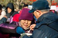 Le couple chinois aîné goûte la nourriture traditionnelle Photographie stock libre de droits