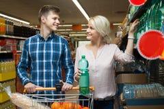 Le couple choisit l'eau au magasin Images libres de droits