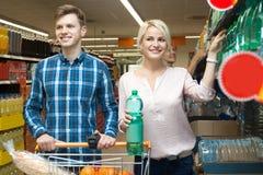 Le couple choisit l'eau au magasin image stock
