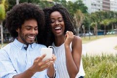 Le couple d'afro-américain aime la musique Photo stock