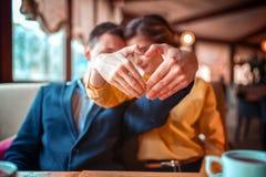 Le couple d'amour fait un coeur avec des mains Images libres de droits