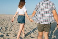 Le couple d'amour marche par la mer Photographie stock libre de droits