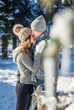 Le couple dans l'amour étreint et marche dans la forêt d'hiver Images libres de droits