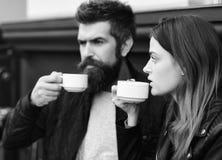 Le couple dans l'amour boit de l'expresso pendant la pause-café Relations et concept de la vie de bonbon Femme et homme Images libres de droits
