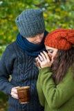 Le couple dans l'amour boit du café Image libre de droits